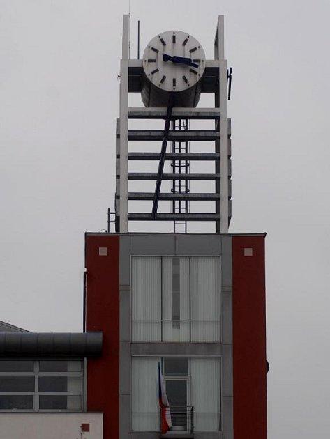 Na nejhezčí obvodní radnici na Slovanech se  ručičky hodin přesunou automaticky