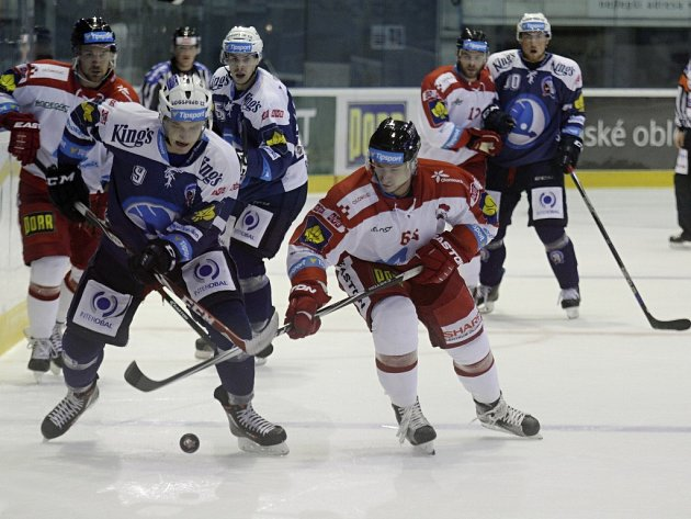 Plzeňský obránce David Sklenička (vlevo) bojuje o puk s jedním z hráčů Olomouce v nedělním zápase na Hané, který Škodovka prohrála 2:3.