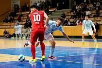 ČTVRTÉ VÍTĚZSTVÍ. Futsalisté Plzně (na snímku v modrém dresu se snaží Michal Holý obejít teplického Tata) vévodí nadále první lize.