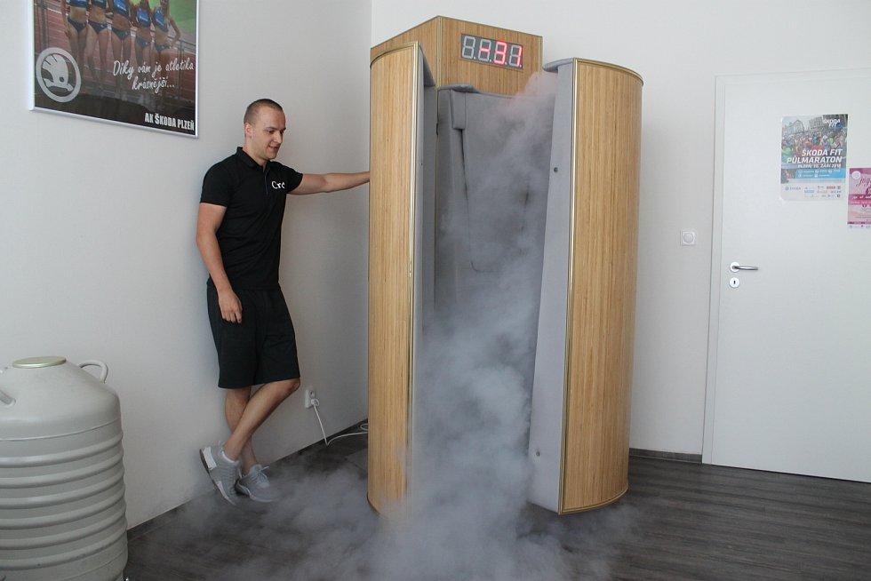 Kryokomora. Kryoterapie je unikátní, velmi účinná metoda, kdy je tělo vystaveno extrémně nízkým teplotám (-110°C až -150°C) po dobu 2,5 minuty. Vyzkoušet si ji je možné ve Studentské ulici na Lochotíně.