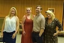 O Oněgina z Kanady se 'popraly' tři Taťány. Zleva: Katrin Targo, Ivana Veberová, Sheldon Baxter a Eliška Gattringerová.