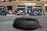 Na počest Míry zapálili motorkáři pneumatiky v místě nehody.