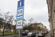 Nová značka K+R, která je na Husově náměstí, má pomoci hlavně rodičům, kteří vozí děti do školy.