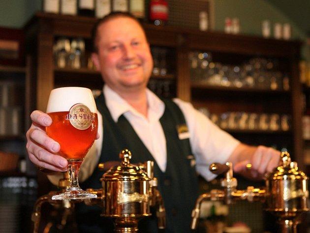 Vyčepní Milan Krauspe z pivnice Na Parkánu natočil pivo Master, které je novinkou na trhu