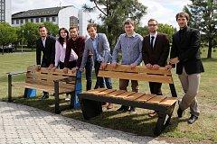 Chytré lavičky představili studenti Západočeské univerzity v Plzni. Na funkčních prototypech předvedli některá chytrá řešení, například vyhřívání, USB připojení, nebo mechanicky otáčené lamely, která po dešti může zájemce o odpočinek otočit a posadit se d