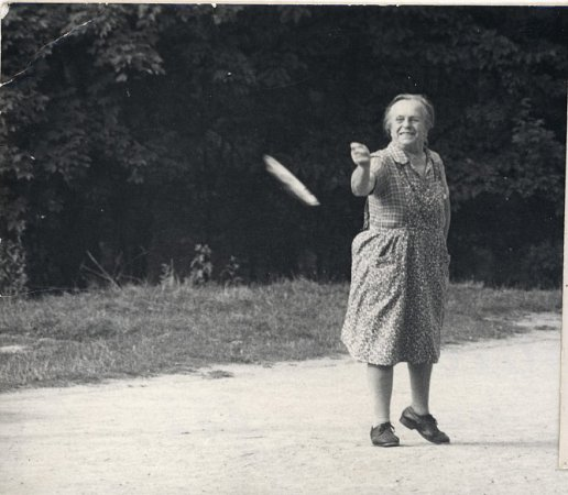 Marie Fišerová při hře svnoučaty