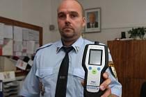 Strážníkům ze služebny ve Skvrňanech teď při práci pomůže nový alkoholtester. Přístroj zakoupil  centrální městský obvod