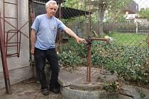 Tahle studna je nyní zcela bez vody.  Podobně jsou na tom i studny Zahradníkových sousedů. I za jejich práva se rozhodl tento muž bojovat