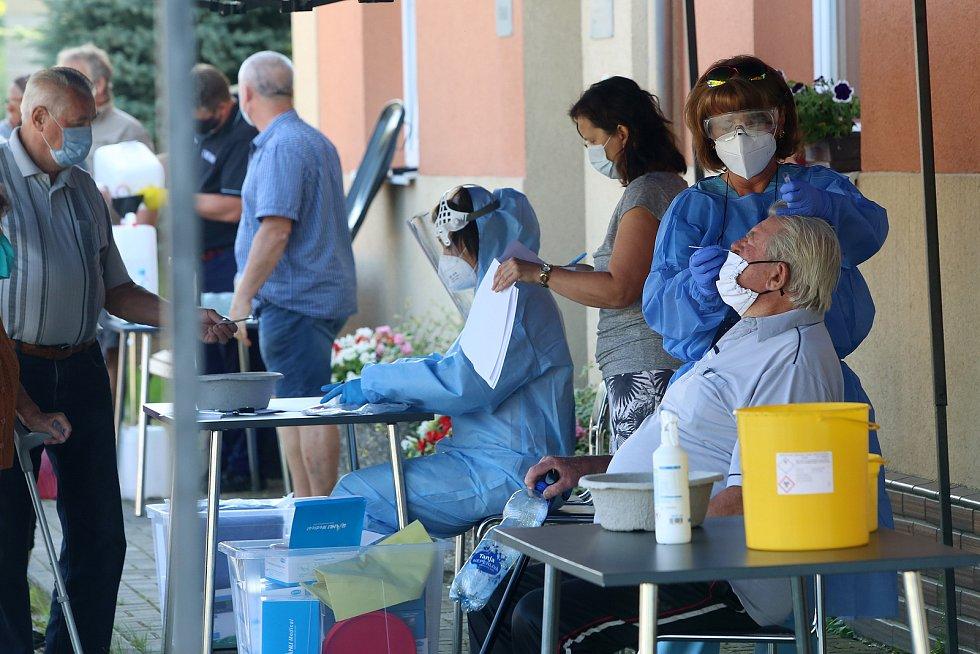 Hygienici provedli odběry na koronavirus u obyvatel obce Tatiná na severním Plzeňsku. Nákaza se v místě rozšířila v minulém týdnu.