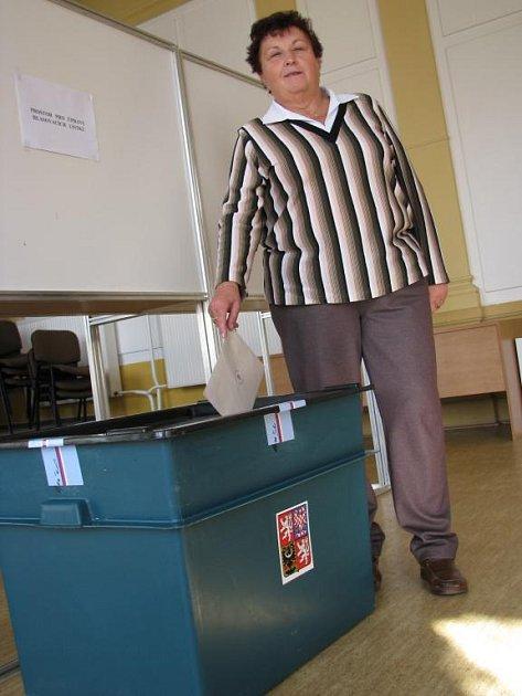 První voličkou byla na stodské radnici Marie Barešová