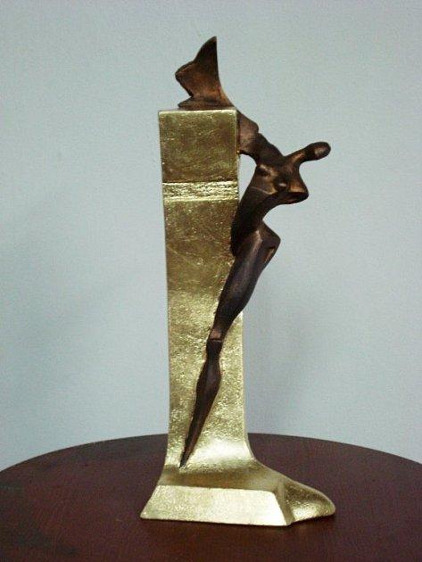Václav Česák , známý sochař, je autorem ceny, kterou do-stávají vítězové jednotlivých kategorií Žebříku.