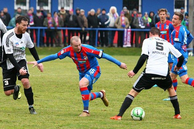 V úvodním přátelském utkání porazila Viktorie Ústí nad Orlicí 3:0. V souboji o míč Michael Krmenčík (uprostřed).