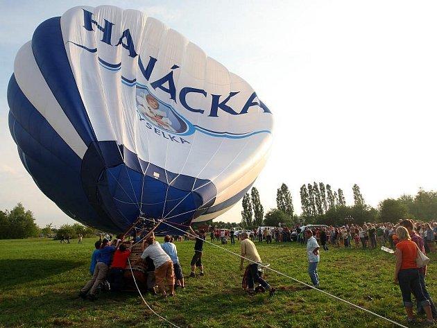 Víkendovou balonovou show u borské přehrady překazil vítr, který znemožnil balonům vzlet. I tak se ale bylo na akci čím bavit