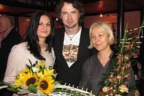 Barbora Pešková (vlevo) se svým otcem a profesorkou Marií Vaňkovou (zcela vpravo)