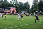 Ze zápasu 4. kola I. A třídy Plzeňského kraje mezi domácími Žichovicemi (v bílém) a Kaznějovem (0:2).