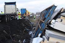 Nehoda nákladního automobilu mezi Losinou a Chválenicemi