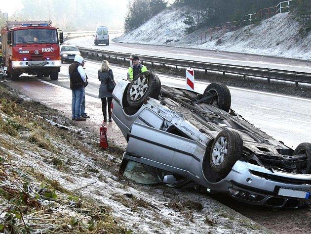 Ledovka, která v pondělí ráno pokryla přivaděč dálnice D5 v úseku před sjezdem na Kyšice, zkomplikovala cestu řidičům. Nejhůře dopadl šofér vozu BMW, který skončil dokonce na střeše