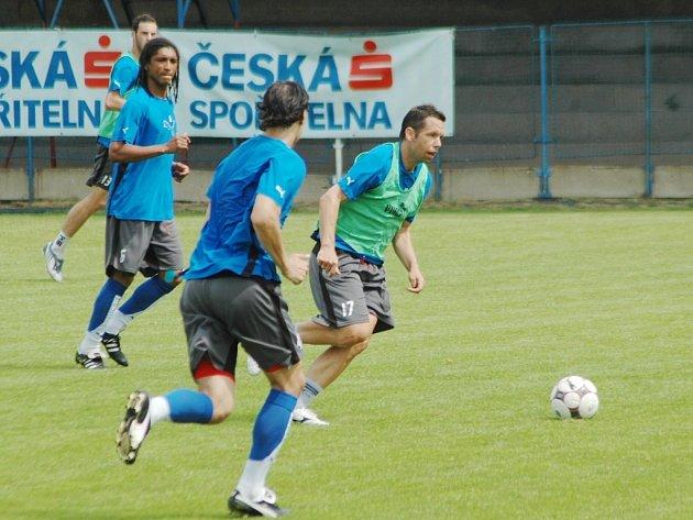 Kapitán Viktorie Plzeň Pavel Horváth (vpravo u míče) útočí na včerejším tréninku na hřišti v Luční ulici. Viktorii čeká v sobotu proti Kladnu poslední domácí zápas sezony.