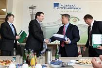 Kontrakt  podepsali zástupci Plzeňské teplárenské a ČKD Praha DIZ, tuto firmu zastupoval  Jan Musil (druhý zleva)