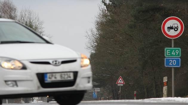 Silnice I/20 z Plzně do Karlových Varů byla v pondělí špatně sjízdná a kluzká