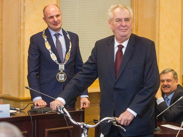 Jako dárek dostal prezident dámský bicykl rokycanské značky Favorit