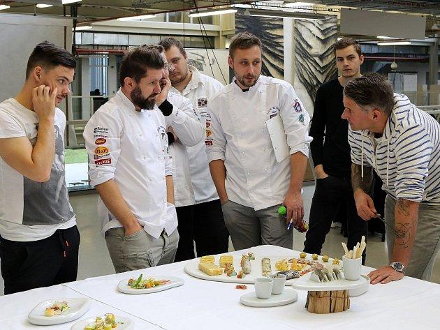 Národní tým kuchařů a cukrářů odjíždí už příští pátek na olympiádu do  Erfurtu, v úterý se sešel v Plzni.