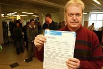 Na Úřadě práce v Plzni se včera od rána tvořily fronty.  Zástupce ředitele úřadu Rudolf Tomášek ukazuje tiskopis, který noví uchazeči o zaměstnání musí vyplnit, aby si mohli zažádat o evidenci na úřadě