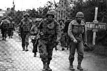 Německé jednotky SS Waffen přeskupují obranné síly v městečku La Haye du Puits