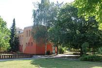 Vpravo od jednoho z pavilonů plzeňské 55. mateřské školy by měl stát nový kontejner.