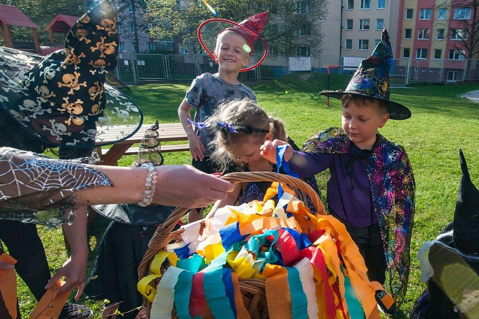 Čarodějnický den v 78. MŠ v Plzni. Děti zdobily Májku.