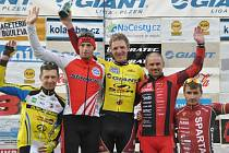 Jiří Nesveda (uprostřed) si spolu s druhým  Martinem Boubalem (vlevo) a třetím Zdeňkem Mlynářem užívá triumfv úvodním dějství Giant ligy