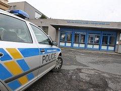 V pondělí dopoledne policisté po telefonátu na linku 158 evakuovali hotelovou školu v ulici Nade Mží. Dvě hodiny ji prohledávali a nic nenašli