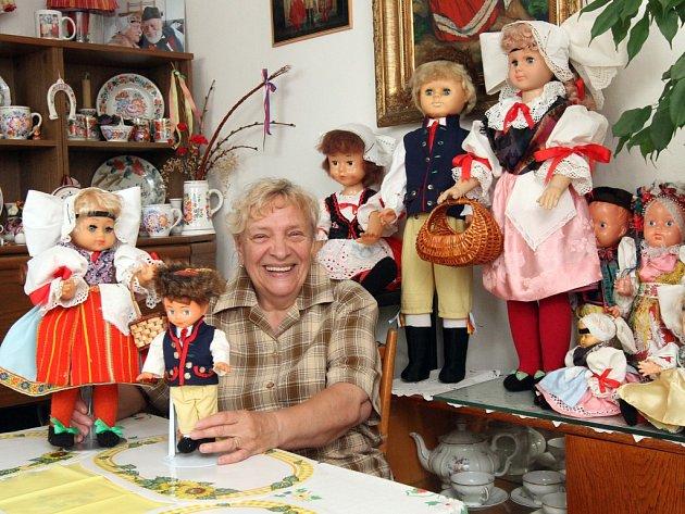 Libuše Picková z Plzně má doma hned několik panenek a panáčků, kteří mají na sobě věrné kopie plzeňských a chodských krojů. Většinu jich žena šila sama