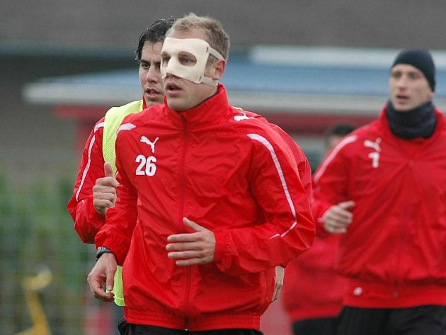 Daniel Kolář po zlomenině nosu trénuje a hraje se speciální maskou na obličeji, která ho chrání před nešetrným kontaktem