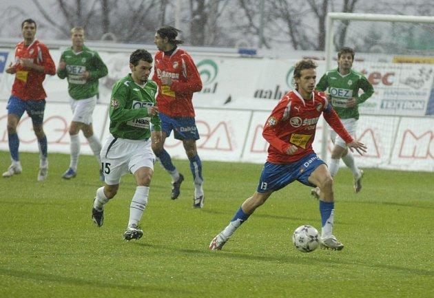 ROZHODL ZÁPAS. Kapitán Viktorie Plzeň Marek Jarolím (u míče) byl jediným střelcem nedělního zápasu první ligy v Jablonci. Svým gólem v 84. minutě zařídil hostující Viktorii tři body.