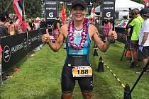 Jindřiška Zemanová pózuje v cíli mistrovství světa na Maui jako amatérská královna Xterra.