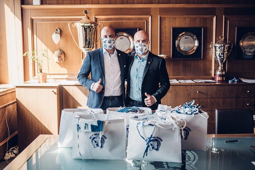 Martin Straka (vpravo) předal včera řediteli Fakultní nemocnice Plzeň Václavu Šimánkovi 550 textilních roušek, které ušili dobrovolníci.