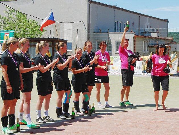 Takto slavily  v červnu národní házenkářky Sokola Tymákov zisk třetího titulu v řadě. Budou se takto radovat také na konci sezony?