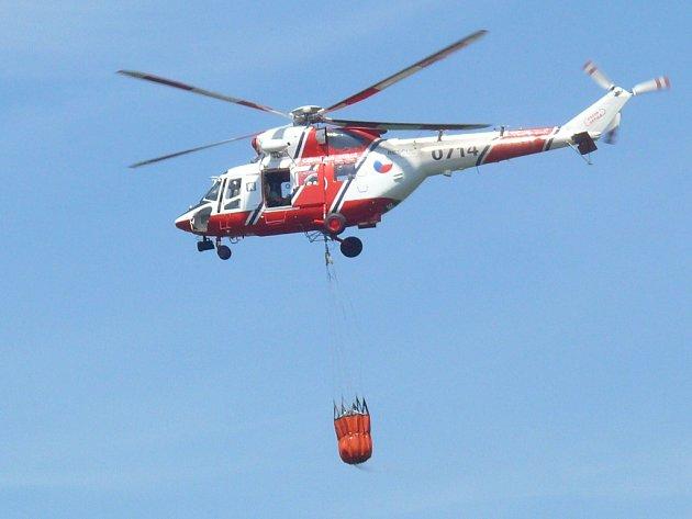 V Oslavanech hoří třetí den po sobě les, zasahuje i vrtulník s bambivakem