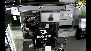 Zloději si prorazili cestu skrz bezpečnostní sklo a brali jen nejdražší telefony a tablety.