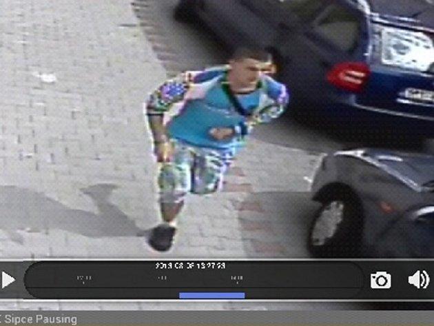 Pachatel loupežného přepadení napadl prodavače nožem.