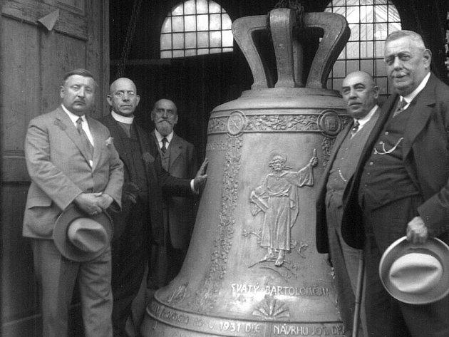 Historický snímek jednoho z čerstvě odlitých a později za války roztavených plzeňských zvonů. Letos by se zvony měly začít do Plzně vracet