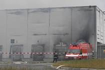 Obrovský požár haly v sobotu 2. července zaměstnal mnoho jednotek hasičů. Po měsíci jsou zpátky na místě hasiči i policisté, aby společně vypátrali příčinu jeho vzniku.