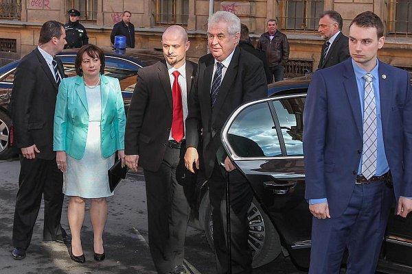 Prezidentská kolona dorazila před Krajský úřad vPlzni