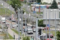 Přejíždění aut přes středový pás do protisměru a zpět budou muset řidiči na Rokycanské třídě snášet až do konce roku. Mezitím tu dělníci zbourají most přes Úslavu a postaví nový