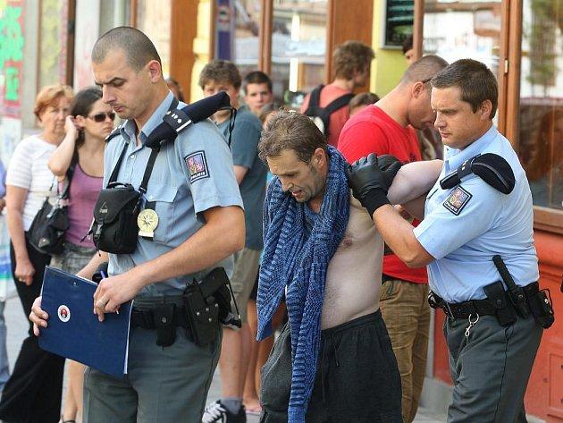 Policisté odvádějí sebevraha