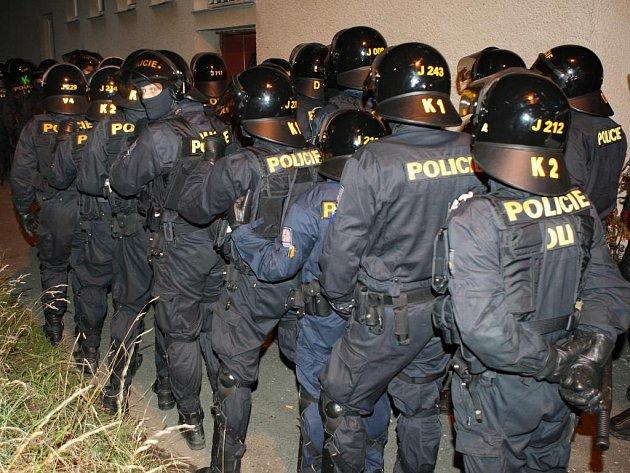 Policejní zásah na neonacistickém koncertě v Červeném Hrádku.