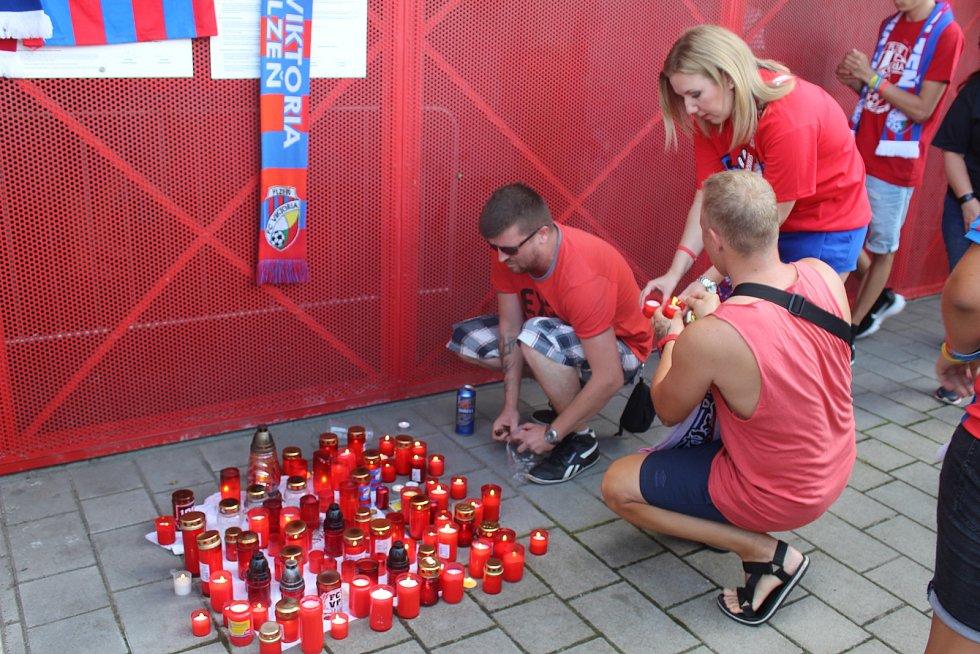 Desítky lidí vzdaly hold tragicky zemřelému fanouškovi FC Victoria Plzeň.