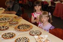 Soutěž Přeštické koláčování přilákala zvědavce různých věkových kategorií. Také děti přišly obdivovat kuchařské umění žen. Pátý ročník sledovaly zhruba tři desítky lidí