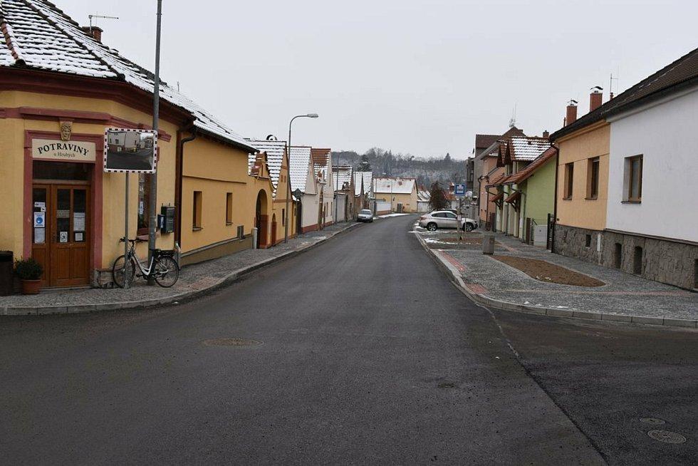 Ulice Na Rychtě v Hradišti je v novém.
